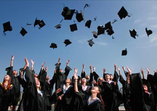 Universidad birretes al aire